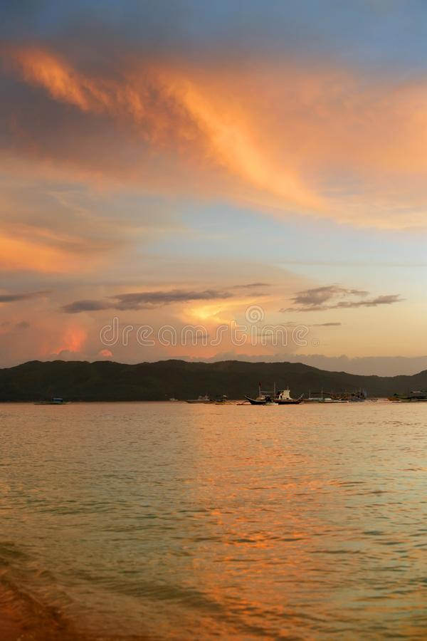 Vissersboten in de oceaan bij zonsondergang filippijnen stock afbeeldingen