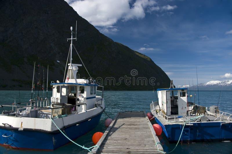 Vissersboten die bij dok worden vastgelegd stock afbeeldingen