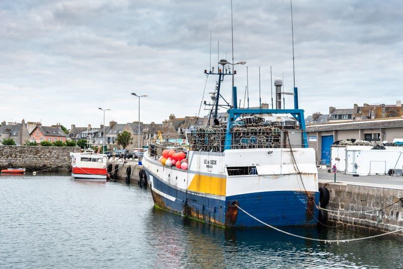 Vissersboten die in de haven van Roscoff worden vastgelegd royalty-vrije stock foto's