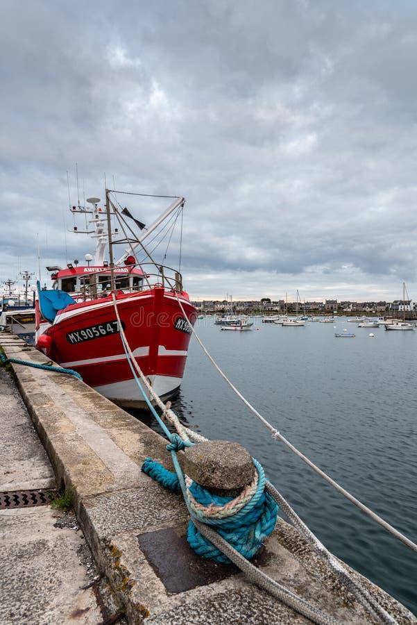 Vissersboten die in de haven van Roscoff worden vastgelegd stock afbeeldingen
