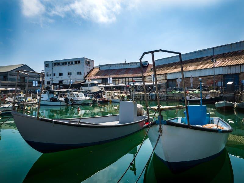Vissersboten die in de haven worden verankerd stock foto's