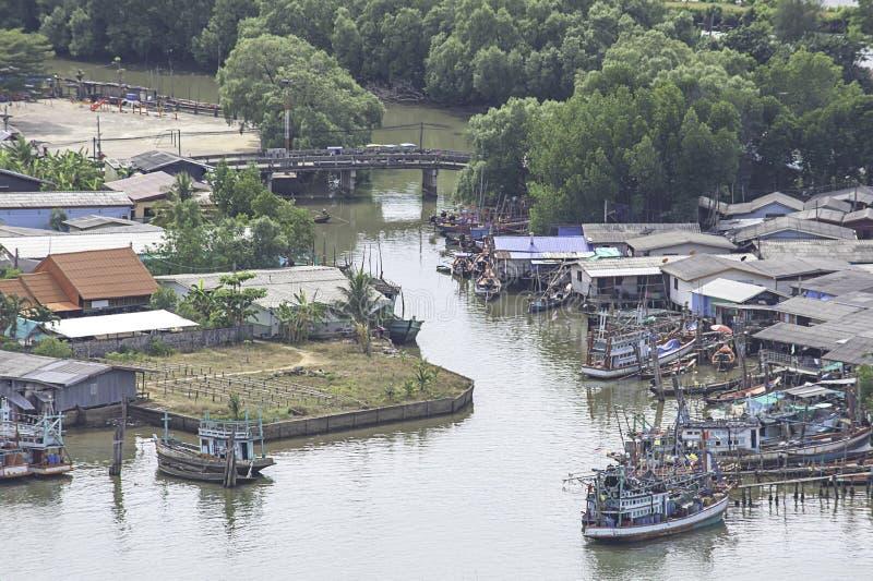 Vissersboten die in de riviertoegang van Tha Taphao tot het overzees bij Mutsea-Berggezichtspunt worden geparkeerd in Chumphon, T stock afbeeldingen