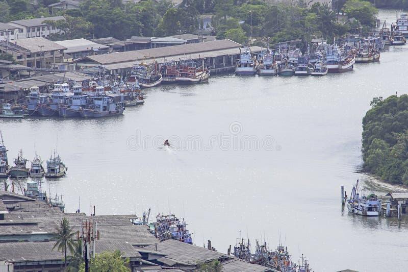 Vissersboten die in de riviertoegang van Tha Taphao tot het overzees bij Mutsea-Berggezichtspunt worden geparkeerd in Chumphon, T royalty-vrije stock foto's