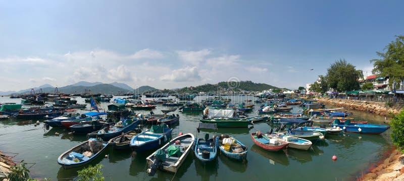 Vissersboten die in haven rusten stock afbeelding