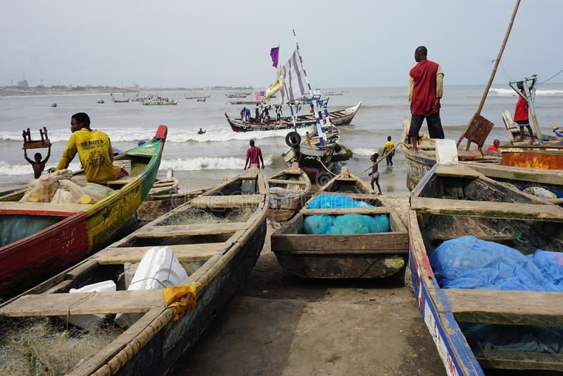 Vissersboten die op de vissershaven landen van Accra, Ghana royalty-vrije stock afbeeldingen