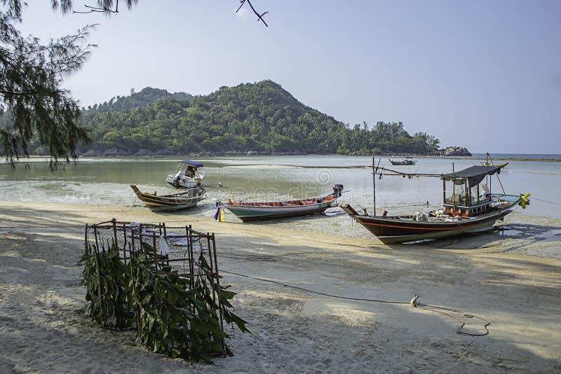 Vissersboten die op het Strand in Koh Phangan, Surat Thani in Thailand worden geparkeerd royalty-vrije stock foto's