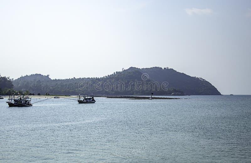Vissersboten die op het Strand in Koh Phangan, Surat Thani in Thailand worden geparkeerd royalty-vrije stock afbeeldingen