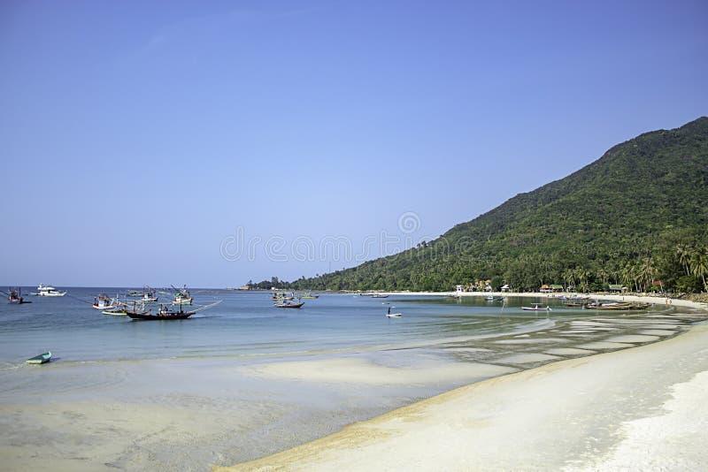 Vissersboten die op het Strand in Koh Phangan, Surat Thani in Thailand worden geparkeerd royalty-vrije stock fotografie
