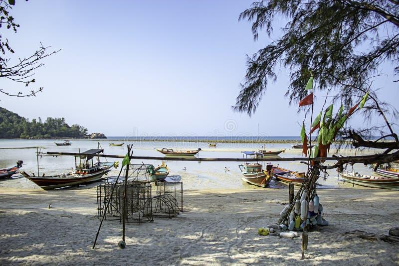 Vissersboten die op het Strand in Koh Phangan, Surat Thani in Thailand worden geparkeerd royalty-vrije stock foto