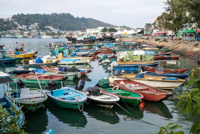 Vissersboten een haven in de haven wordt geparkeerd die royalty-vrije stock fotografie