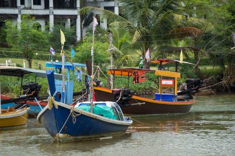 Vissersboten in een klein rivierestuarium royalty-vrije stock foto