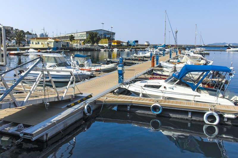Vissersboten en jachten bij de haven van stad van Kavala, Griekenland royalty-vrije stock foto's