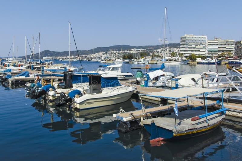 Vissersboten en jachten bij de haven van stad van Kavala, Griekenland stock fotografie
