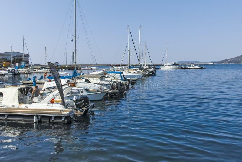 Vissersboten en jachten bij de haven van stad van Kavala, Griekenland stock foto