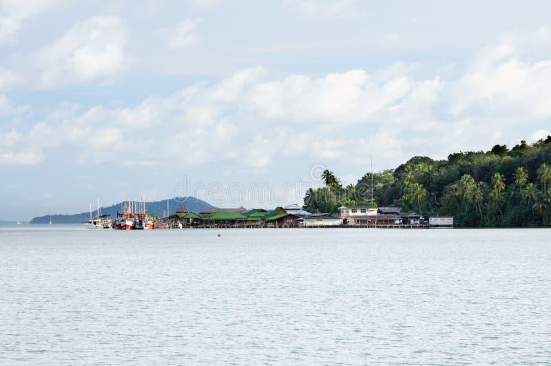 Vissersboten en jachten bij de pijler van het tropische Koh Chang-eiland, Thailand stock foto