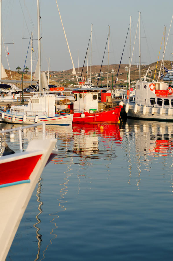 Vissersboten in Griekse haven stock fotografie