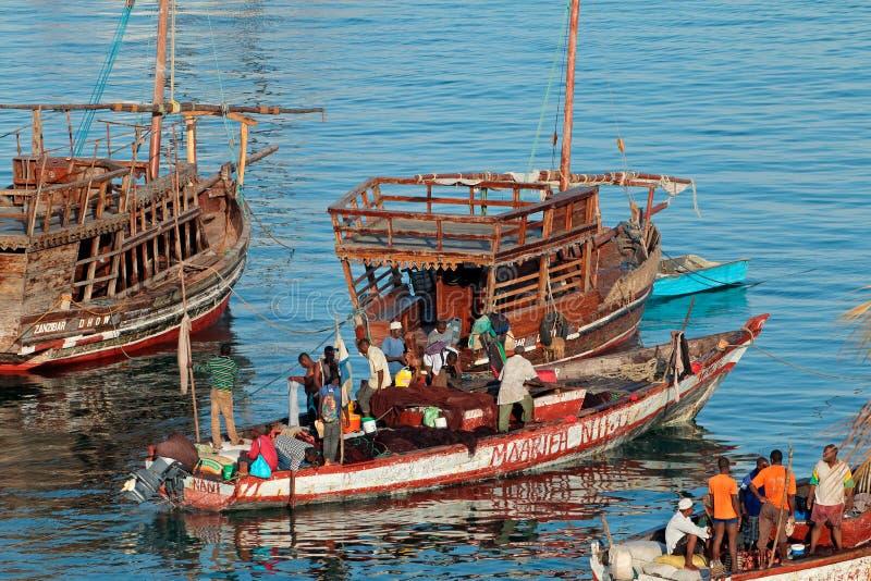 Vissersboten in haven - Zanzibar royalty-vrije stock foto
