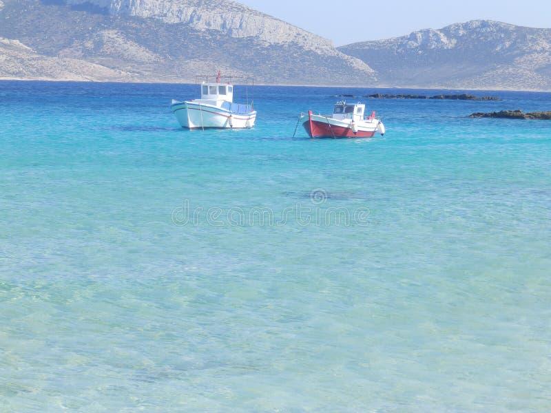 Vissersboten in het blauwe overzees stock foto's