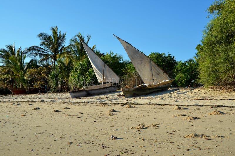 Vissersboten in het dorp van Unguja Ukuu, Zanzibar stock afbeelding