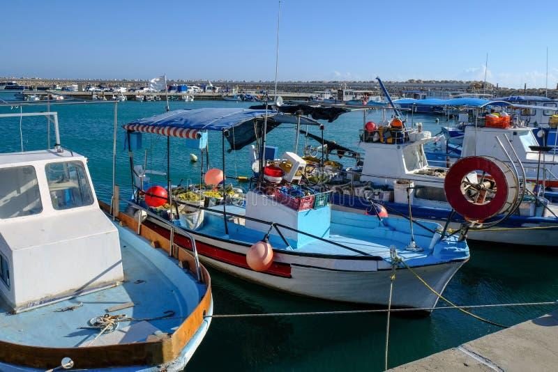 Vissersboten in Jachthaven, Zygi, Cyprus worden vastgelegd dat royalty-vrije stock foto's