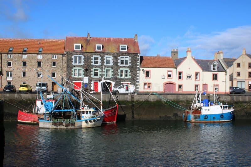 Vissersboten, kade, gebouwen Eyemouth, Schotland stock foto