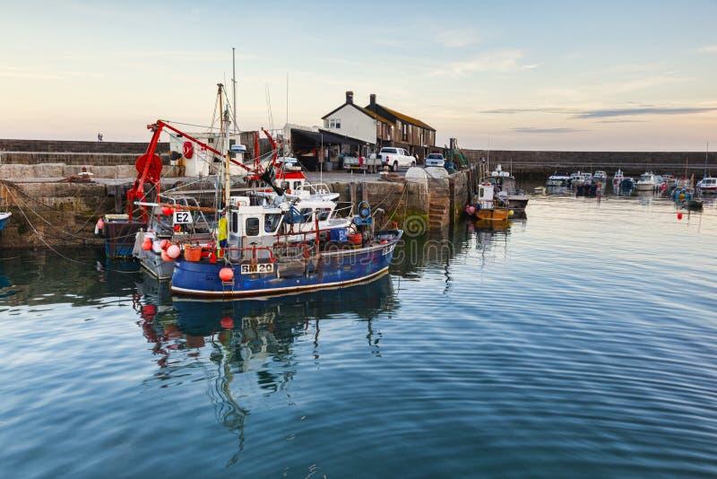 Vissersboten in Lyme Regis Harbour royalty-vrije stock foto's