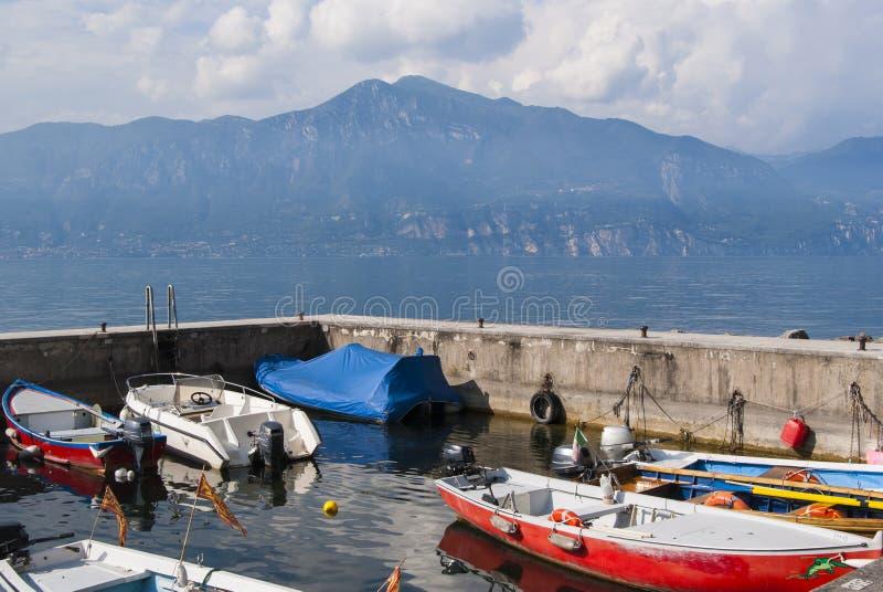 Vissersboten, Meer Garda, Italië stock afbeeldingen