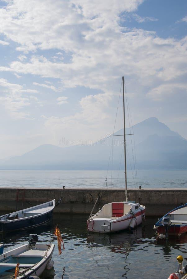 Vissersboten, Meer Garda, Italië stock foto