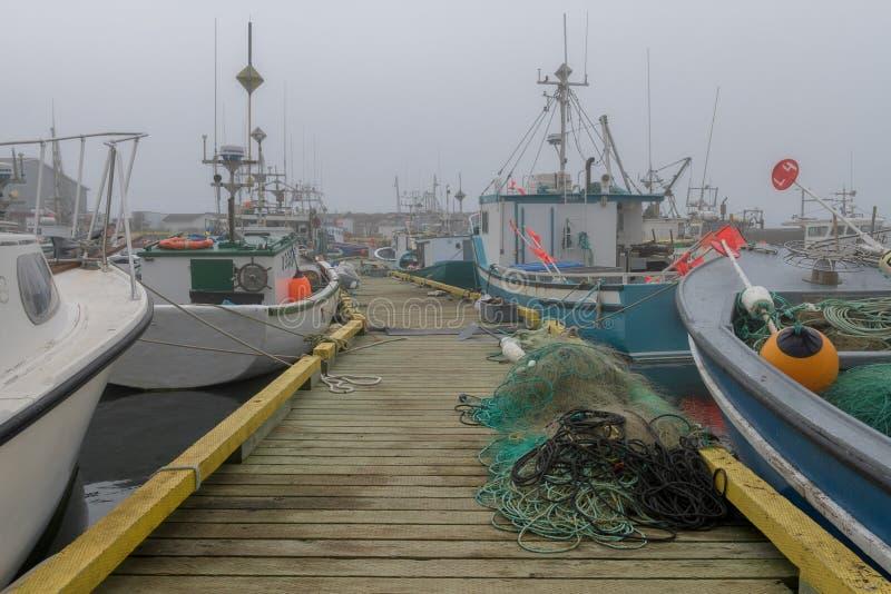 Vissersboten in mistige haven van de Bruid ` s van Heilige royalty-vrije stock afbeeldingen