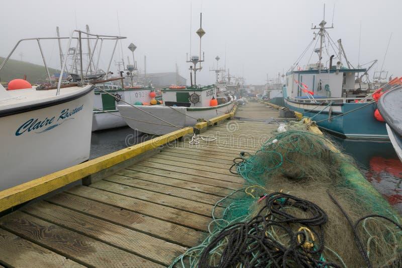 Vissersboten in mistige haven van de Bruid ` s van Heilige royalty-vrije stock foto