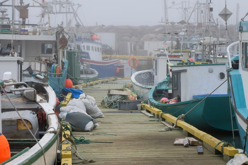Vissersboten in mistige haven van de Bruid ` s van Heilige royalty-vrije stock foto's