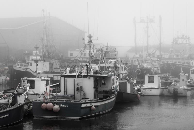 Vissersboten in mistige haven van de Bruid ` s van Heilige stock afbeelding