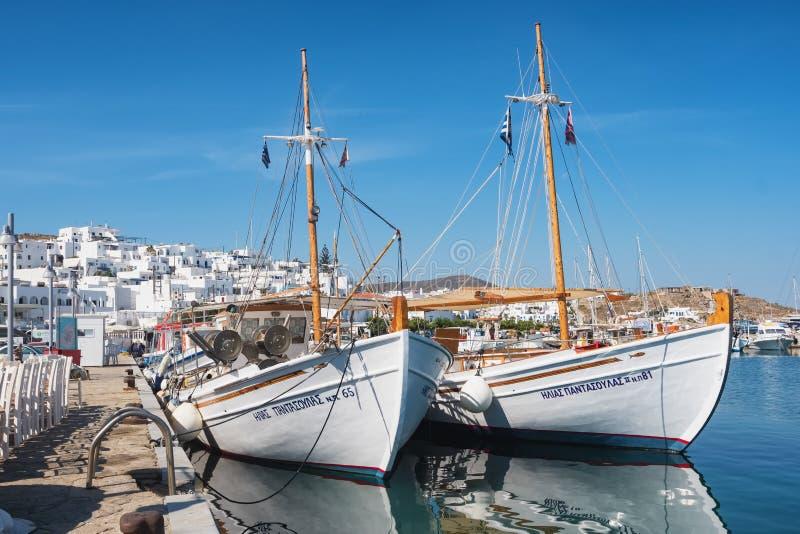 Vissersboten in Naoussa-haven, Paros-eiland, Cycladen, Griekenland stock foto's