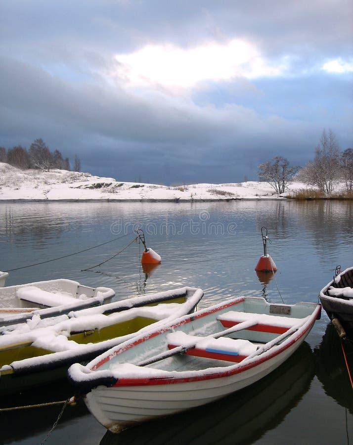 Vissersboten onder sneeuw in Finse golf royalty-vrije stock foto's