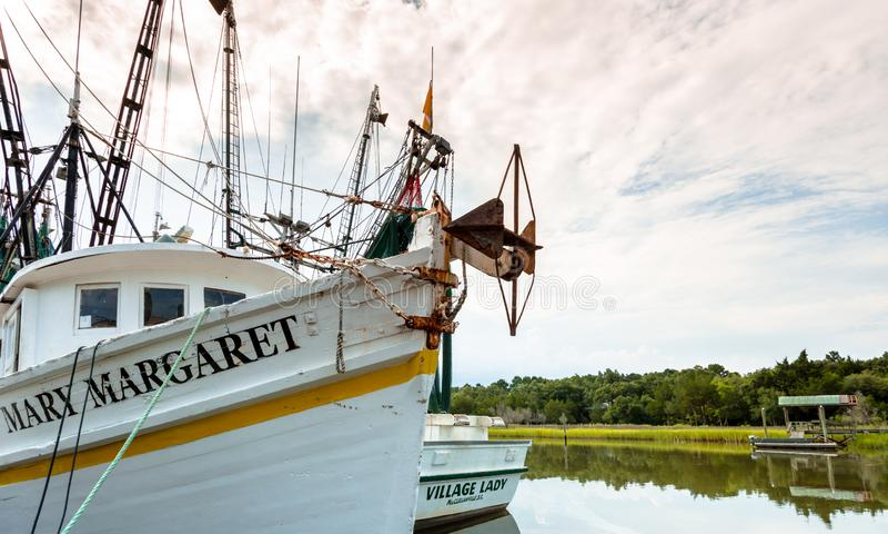 Vissersboten op de intercoastal waterweg op de kust die Zuid- van Carolina worden verankerd royalty-vrije stock fotografie