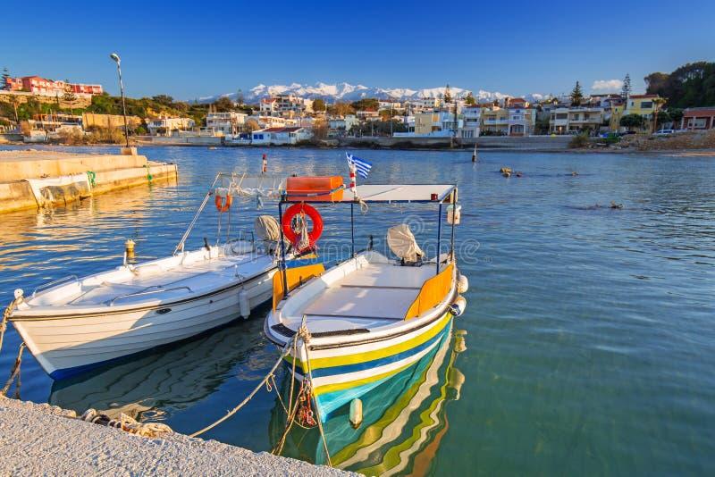 Vissersboten op de kustlijn van Kreta royalty-vrije stock foto