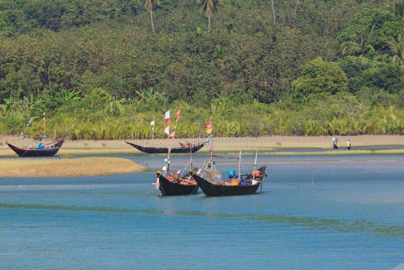 Vissersboten op de lagune van Tizit-strand op het Dawei-schiereiland, Myanmar stock afbeelding