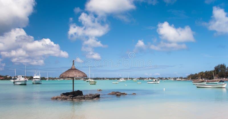 Vissersboten op het blauwe water in Grote Baie in Mauritius stock foto's