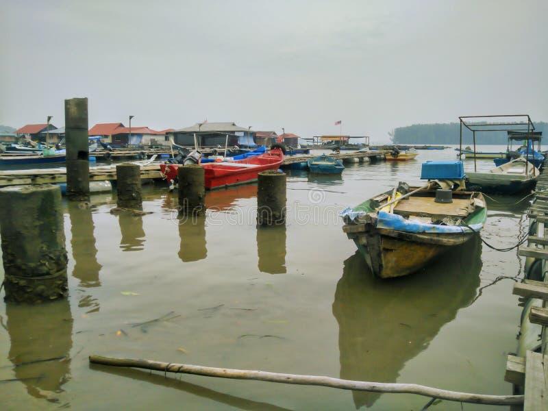 Vissersboten op het Drijven van Teluk Bayu Chaletsgebied royalty-vrije stock foto's
