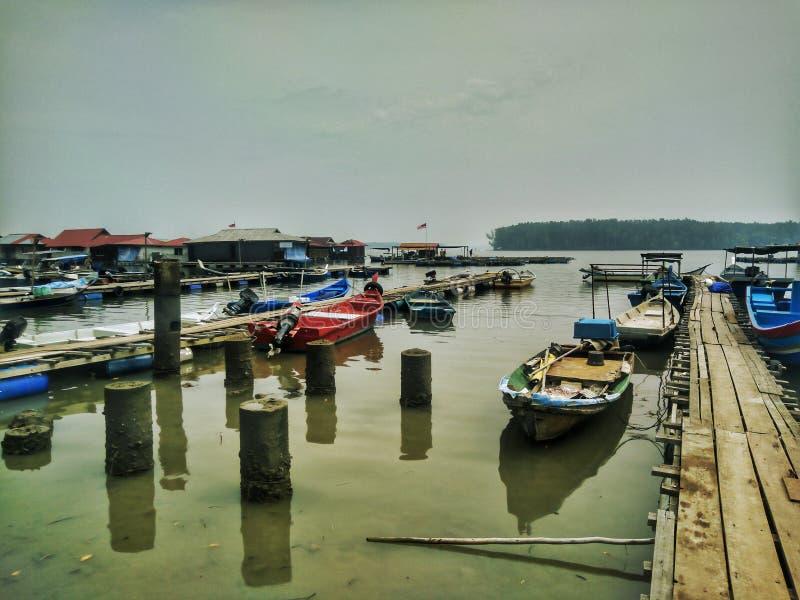 Vissersboten op het Drijven van Teluk Bayu Chaletsgebied stock foto