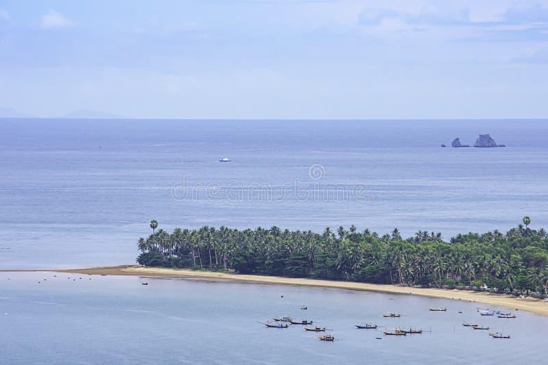 Vissersboten op het overzees bij het thian strand van Laem in Chumphon, Thailand worden geparkeerd dat stock foto's