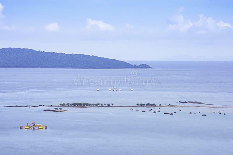 Vissersboten op het overzees bij het thian strand van Laem in Chumphon, Thailand worden geparkeerd dat stock afbeeldingen