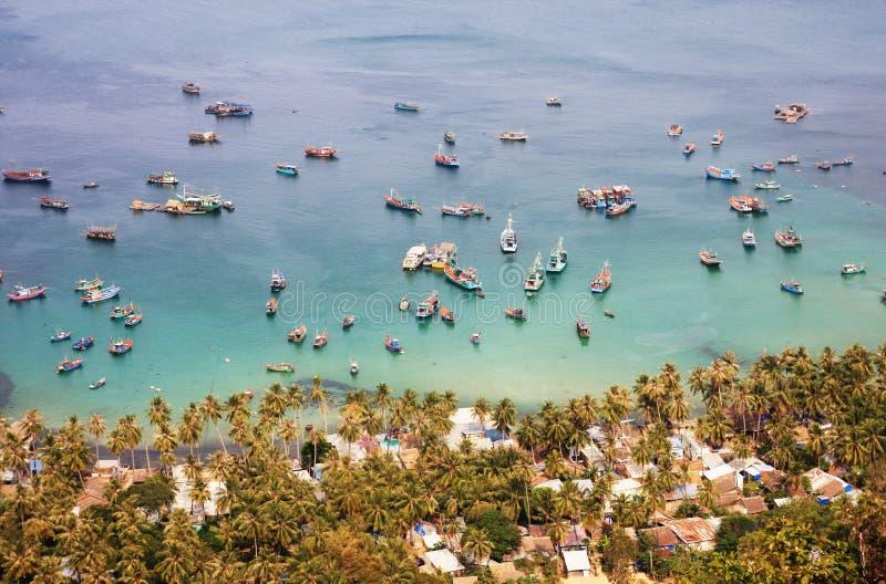 Vissersboten op het overzees in Nam Du-eiland, zuidelijk Vietnam stock foto's