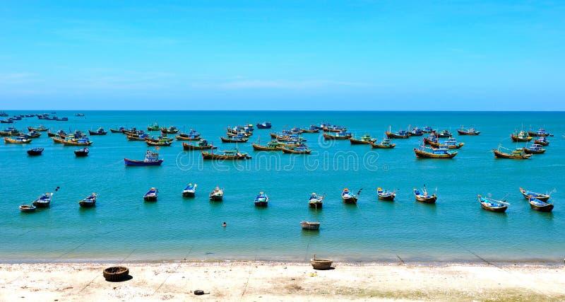 Vissersboten op het overzees in Phan Thiet, Vietnam royalty-vrije stock afbeeldingen