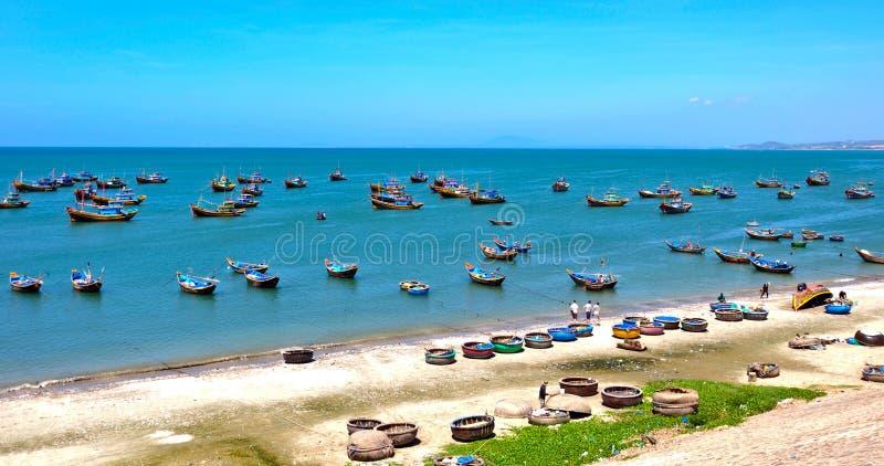 Vissersboten op het overzees in Phan Thiet, Vietnam stock fotografie