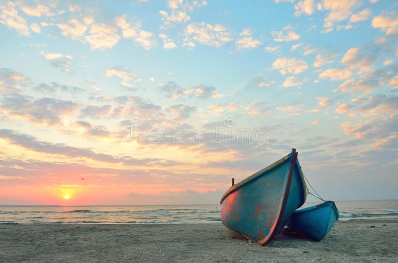 Vissersboten op het strand stock fotografie