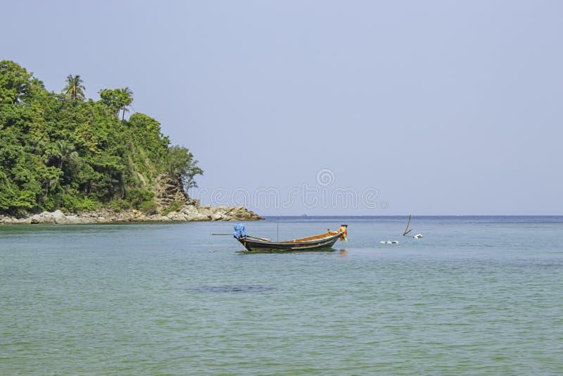 Vissersboten op het Strand bij Haad-salade, koh Phangan, Surat Thani in Thailand worden geparkeerd dat royalty-vrije stock afbeelding
