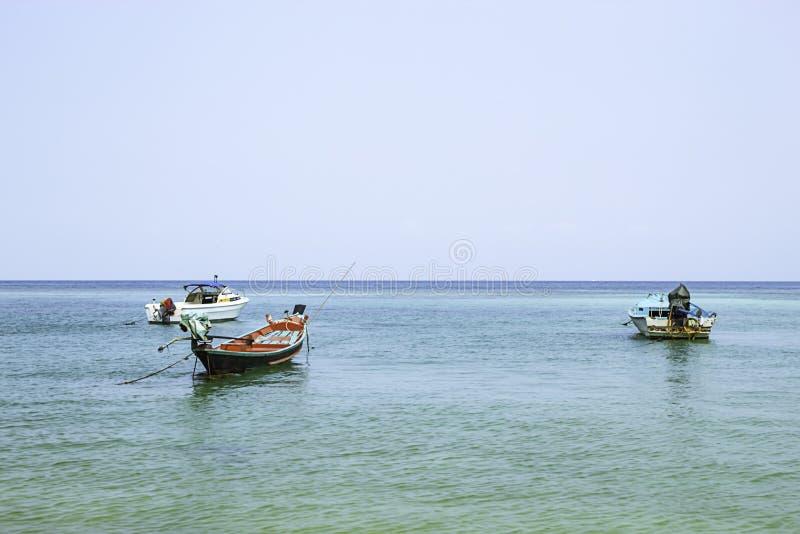 Vissersboten op het Strand bij Haad-salade, koh Phangan, Surat Thani in Thailand worden geparkeerd dat stock foto's