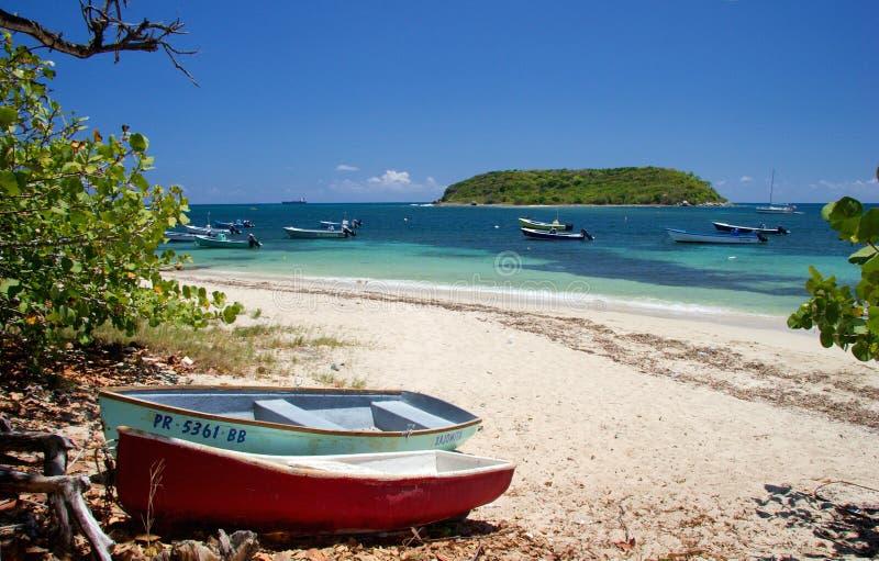 Vissersboten op het strand, Vieques-Eiland, Puerto Rico stock afbeeldingen