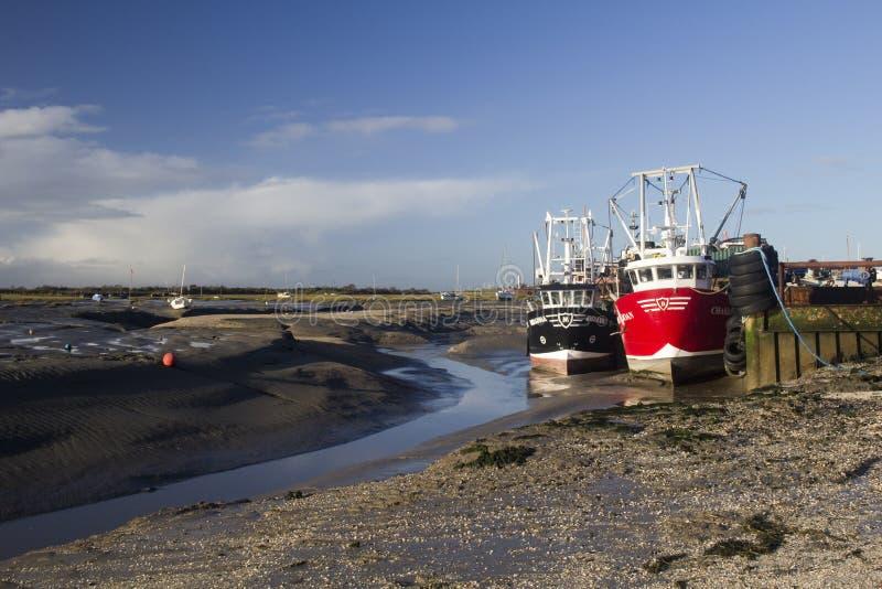 Vissersboten in Oude Leigh, Essex, Engeland stock afbeelding